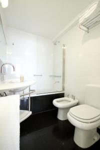 A bathroom at Art Suites & Gallery