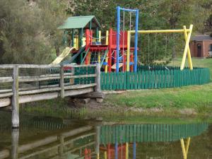 Ein Kinderspielbereich in der Unterkunft Barwon Valley Lodge