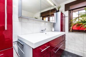 A bathroom at Wohnzeit Köln Apartment