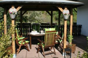Ein Restaurant oder anderes Speiselokal in der Unterkunft Ferienwohnung am Wehlenbach