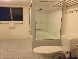 A bathroom at Vista Bel Air
