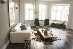 A seating area at Entre Deux Pays Apartments