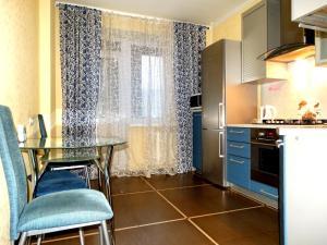Кухня или мини-кухня в InnDays Apartments on Kirova