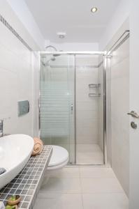 A bathroom at Victoria Studios & Apartments