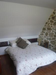 A bed or beds in a room at Le Cottage