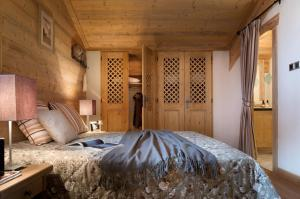A bed or beds in a room at CGH Résidences & Spas Le Village De Lessy