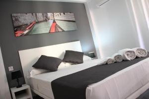Kama o mga kama sa kuwarto sa Click&Booking Apartamentos Skorpios