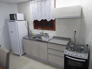 Kitchen o kitchenette sa Sobrado House