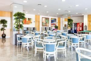 Ein Restaurant oder anderes Speiselokal in der Unterkunft Apartaments Condado