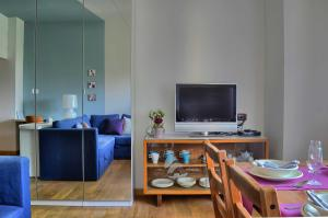 A television and/or entertainment center at Come A Casa
