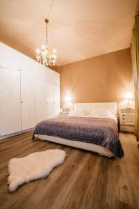 A bed or beds in a room at Golden Bridge Apartment