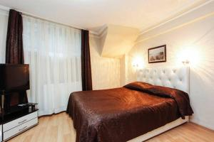 A bed or beds in a room at Pine Stone Apart Hotel Sultanahmet