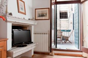 A television and/or entertainment center at Venice Salute Appartamenti