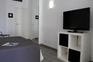 A television and/or entertainment center at Aparthotel Atenea Calabria