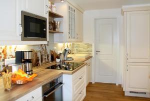 A kitchen or kitchenette at Ferienwohnung-Königsschlösser