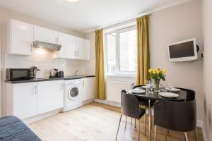 Een keuken of kitchenette bij Chelsea Cloisters