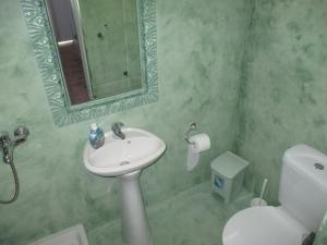 A bathroom at Skyros Junior Studios