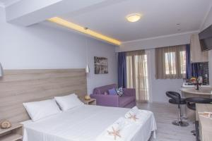 A bed or beds in a room at Aggelos Apartments