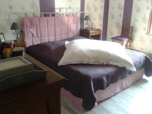 A bed or beds in a room at La Calougeotte Jeanne