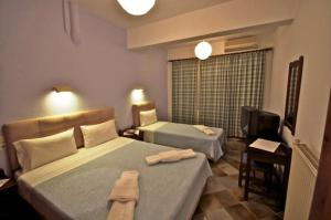 A bed or beds in a room at Hotel Manos