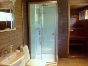 A bathroom at Inarin Kalakenttä