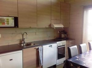 A kitchen or kitchenette at Inarin Kalakenttä