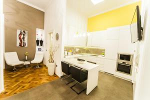 ครัวหรือมุมครัวของ Matei Corvin Deluxe Apartment
