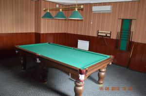 A billiards table at Guest House Yuzhnyy Express