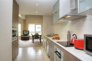 A kitchen or kitchenette at Altitude Apartments
