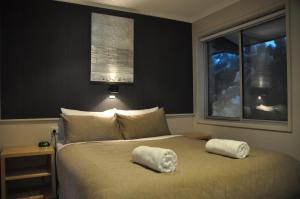 A bed or beds in a room at Altitude Apartments