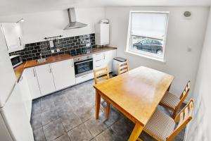 A kitchen or kitchenette at Thistle Apartments - King's Apartment