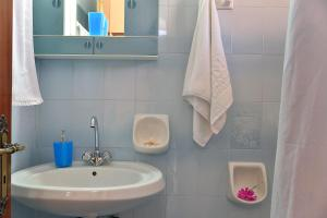 A bathroom at Harris Apartments