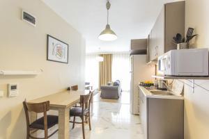 Кухня или мини-кухня в Garan Apartments