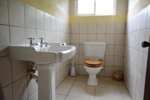 A bathroom at Dragon Bay Villa