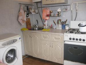 Кухня или мини-кухня в Apartment Bakunina 30а