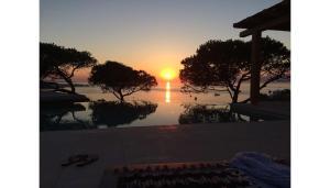 Loma-asunto – auringonlasku tai auringonnousu majoituspaikasta nähtynä
