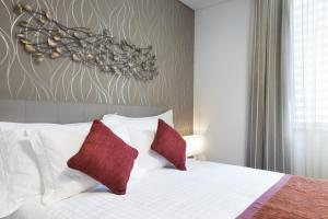 A bed or beds in a room at La Verda Suites and Villas Dubai Marina
