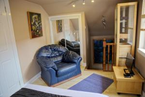 A seating area at 3Mac Dunfermline Self-Catering Apartment