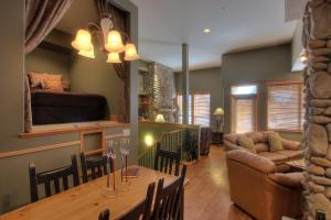 The lounge or bar area at Treetops Ski Luxury Townhouse