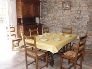 Ein Restaurant oder anderes Speiselokal in der Unterkunft La Maison du Phare, maison à Riantec