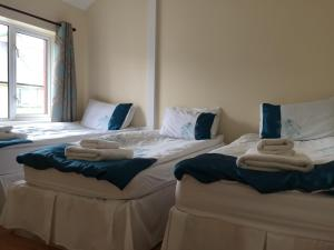 A bed or beds in a room at Carrick Central Apartments