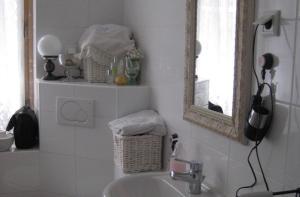 Een badkamer bij Sweet Home Apartment
