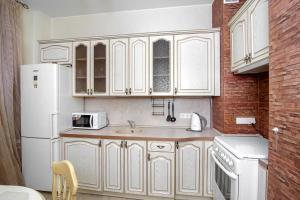 A kitchen or kitchenette at Apartment Na Kutuzovskiy Prospect