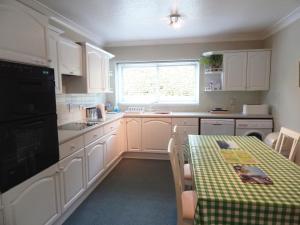 A kitchen or kitchenette at Lynden Lea