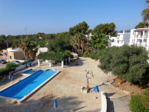 Uitzicht op het zwembad bij Apartamentos Los Pinares Benet of in de buurt