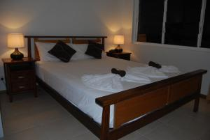 A bed or beds in a room at Airlie Beach Apartments