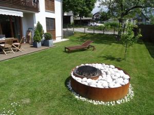 A garden outside Apartments Supermjau