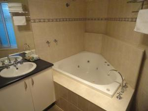 A bathroom at Victoria Lodge Motor Inn & Apartments
