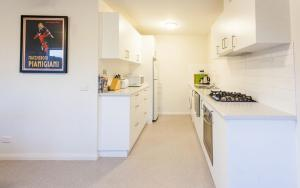 A kitchen or kitchenette at Point Lonsdale Holiday Apartments