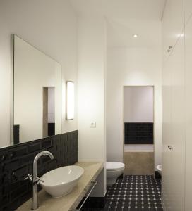 A bathroom at Oporto Serviced Apartments - 1858